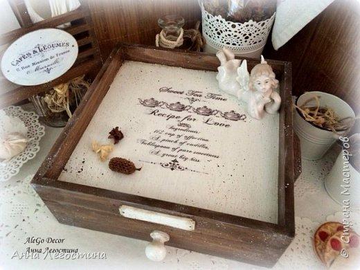 Первым покажу сервировочный столик: морение, белая акриловая краска, вживление мотива и старение( медиум, набрызг). Габариты столика 27х27х10 см.  фото 2