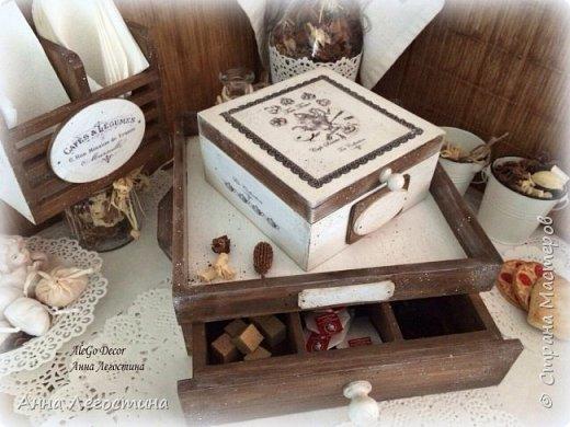 Первым покажу сервировочный столик: морение, белая акриловая краска, вживление мотива и старение( медиум, набрызг). Габариты столика 27х27х10 см.  фото 14