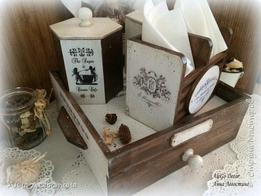 Первым покажу сервировочный столик: морение, белая акриловая краска, вживление мотива и старение( медиум, набрызг). Габариты столика 27х27х10 см.  фото 19