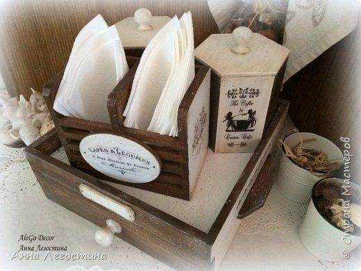 Первым покажу сервировочный столик: морение, белая акриловая краска, вживление мотива и старение( медиум, набрызг). Габариты столика 27х27х10 см.  фото 20