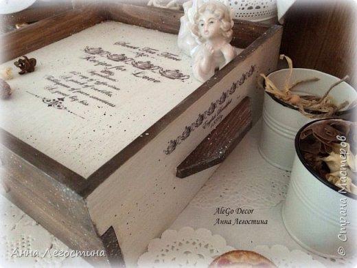 Первым покажу сервировочный столик: морение, белая акриловая краска, вживление мотива и старение( медиум, набрызг). Габариты столика 27х27х10 см.  фото 4
