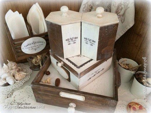 Первым покажу сервировочный столик: морение, белая акриловая краска, вживление мотива и старение( медиум, набрызг). Габариты столика 27х27х10 см.  фото 25