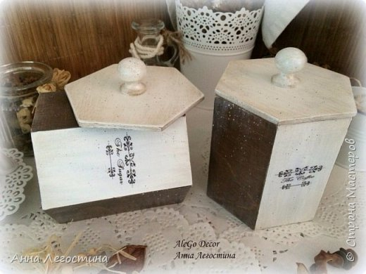 Первым покажу сервировочный столик: морение, белая акриловая краска, вживление мотива и старение( медиум, набрызг). Габариты столика 27х27х10 см.  фото 9
