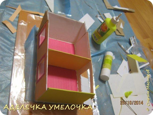 Привет! давно ещё я делала этот домик для маленьких куколок из киндера...выкладываю сейчас...   материалы: -бумага цветная -картон плотный -игрушечки(у меня мини барби) -ножницы -линейка -карандаш  -клей фото 10