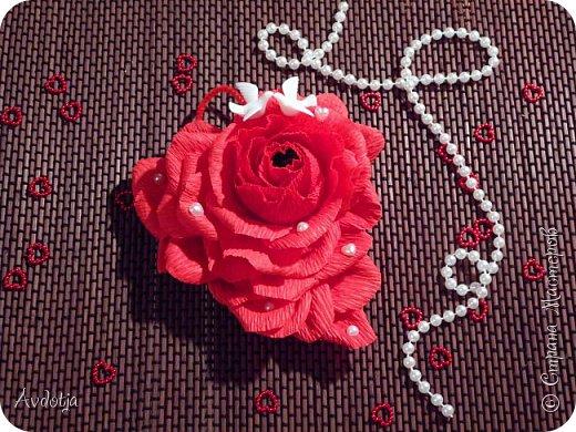 Добрый день всем! Впереди снова череда праздников - День Св.Валентина, 23 февраля, 8 марта. Вот и меня уже понемногу озадачивают, чтобы сделала чего-нибудь к праздникам. Так вот, мелкому племяшу в сад захотелось подарить девочкам подарки на валентинов день. И так как шоколадные конфеты в садике под запретом, решили дарить чупики в виде роз. И все бы ничего, но куда девать леденцовую палочку? Выход был найден! Ниже я расскажу вам как из чупса сделать розу. На мастер-класс моя заметка, конечно, не тянет. Так - идейка. фото 15
