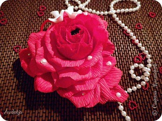 Добрый день всем! Впереди снова череда праздников - День Св.Валентина, 23 февраля, 8 марта. Вот и меня уже понемногу озадачивают, чтобы сделала чего-нибудь к праздникам. Так вот, мелкому племяшу в сад захотелось подарить девочкам подарки на валентинов день. И так как шоколадные конфеты в садике под запретом, решили дарить чупики в виде роз. И все бы ничего, но куда девать леденцовую палочку? Выход был найден! Ниже я расскажу вам как из чупса сделать розу. На мастер-класс моя заметка, конечно, не тянет. Так - идейка. фото 16