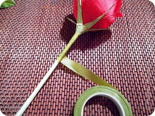 Добрый день всем! Впереди снова череда праздников - День Св.Валентина, 23 февраля, 8 марта. Вот и меня уже понемногу озадачивают, чтобы сделала чего-нибудь к праздникам. Так вот, мелкому племяшу в сад захотелось подарить девочкам подарки на валентинов день. И так как шоколадные конфеты в садике под запретом, решили дарить чупики в виде роз. И все бы ничего, но куда девать леденцовую палочку? Выход был найден! Ниже я расскажу вам как из чупса сделать розу. На мастер-класс моя заметка, конечно, не тянет. Так - идейка. фото 10