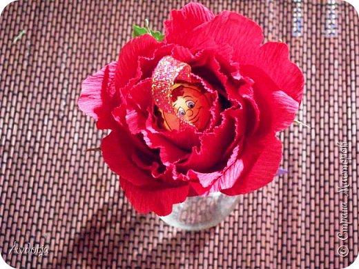 Добрый день всем! Впереди снова череда праздников - День Св.Валентина, 23 февраля, 8 марта. Вот и меня уже понемногу озадачивают, чтобы сделала чего-нибудь к праздникам. Так вот, мелкому племяшу в сад захотелось подарить девочкам подарки на валентинов день. И так как шоколадные конфеты в садике под запретом, решили дарить чупики в виде роз. И все бы ничего, но куда девать леденцовую палочку? Выход был найден! Ниже я расскажу вам как из чупса сделать розу. На мастер-класс моя заметка, конечно, не тянет. Так - идейка. фото 14