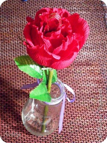 Добрый день всем! Впереди снова череда праздников - День Св.Валентина, 23 февраля, 8 марта. Вот и меня уже понемногу озадачивают, чтобы сделала чего-нибудь к праздникам. Так вот, мелкому племяшу в сад захотелось подарить девочкам подарки на валентинов день. И так как шоколадные конфеты в садике под запретом, решили дарить чупики в виде роз. И все бы ничего, но куда девать леденцовую палочку? Выход был найден! Ниже я расскажу вам как из чупса сделать розу. На мастер-класс моя заметка, конечно, не тянет. Так - идейка. фото 13