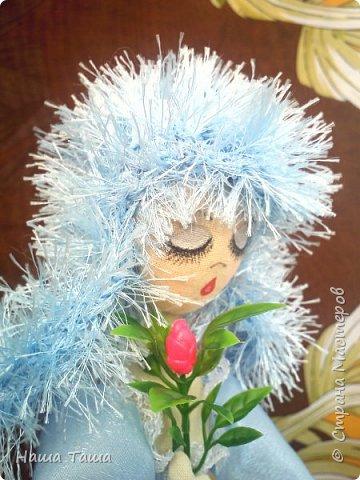 Моя Голубка в цвете немного от неба и первых цветов,  мечтательница, наслаждается их запахом,  и пусть  весь мир подождёт...  Она мне очень близка.  Решила показать. фото 2