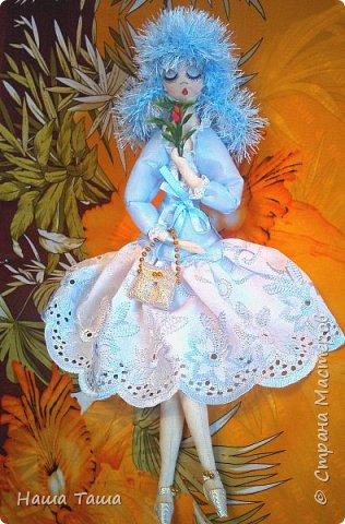 Моя Голубка в цвете немного от неба и первых цветов,  мечтательница, наслаждается их запахом,  и пусть  весь мир подождёт...  Она мне очень близка.  Решила показать. фото 1