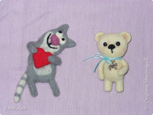 Давно я не выкладывала ничего в СМ, все времени не хватало...  Вот несколько новых работ .)))))   Свалялись у меня две брошки Котик влюбленный и Мишка.