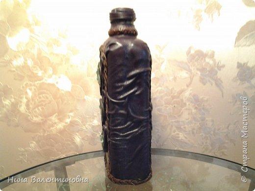 Добрые сутки дорогие мастерицы.Появилась у меня литровая пластмассовая бутылочка из под пищевого напитка.Дождалась, когда у зятя она освободится.Сразу была идея сделать фляжку.Иногда в дороге мне не хватает воды.А дорога у меня бывает часто и дальняя.Как оформить её? Зачем изобретать велосипед.? Когда у Bondi1-Региночки есть прекрасно сделанная фляжка.Ссылку мой планшет не делает.Прошу Региночку самой сделать в комментариях ссылку на свою фляжку.Основа сделана, а украшение немного отличается.Камушки-это бирилл.Дорогая вышла фляжка.Перегружать украшательством не стала.Всё таки в дорогу сделана.Фляжка очень лёгкая.175гр.Это притом, что ещё клей непросох окончательно.Клеила на клей титан.Его ушло 50гр фото 3