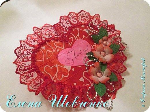 Всем привет! Сегодня будем делать валентинку-сердце ко дню Святого Валентина в подарок любимому человеку. Вы увидите подробный и очень простой мастер класс по изготовлению валентинки. Представляю вашему вниманию фото готового изделия и видео-урок! В мастер классе присутствуют элементы цветоделия, рекомендую посмотреть в моем блоге мастер класс по изготовлению украинского веночка. Принцип изготовления цветов как на валентинке показан в видео уроке украинский венок. Там же в теме есть выкройка венчиков и листика. СМОТРЕТЬ УКРАИНСКИЙ ВЕНОК И ВЫКРОЙКУ ТУТ   https://stranamasterov.ru/node/875664 Дополнительно КАК ЖЕЛАТИНИТЬ ТКАНЬ смотреть тут https://stranamasterov.ru/node/762821 Всем приятного просмотра и творческого настроя. фото 2