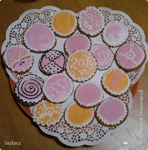 Добрый день,продолжаем совершенствоваться в домашней выпечке. Печенье имбирное,делала по этому рецепту,только единственное,что муки надо добавлять больше,примерно в половину и я еще добавляла  к специям,указанным в рецепте,плюсом кардамон. http://www.povarenok.ru/recipes/show/61947/. Тренировка и в росписи айсингом))))))) Вкусно и без росписи,но для детей и вместе с ними,делать такое печенье-просто сказка!! По рецепту получается порядка 50 штучек,небольших,круглые см 6-7, фигурки чуть меньше. фото 6