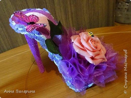 """Здравствуйте жители СМ! В преддверии нового года я думала что же подарить такого не стандартного своим коллегам по работе на новый год. И как то в СМ наткнулась на такие """"сладкие туфельки"""", украшались они розами из гофро-бумаги, я решила украсить чуть по-другому. На туфельки приклеила """"фунтики"""" из сатина, а в серединку добавила розы слепленные из самоварного ХФ. Конечно, я понимаю, что такие подарки уместнее были бы к 8 марта, но я загорелась и работа закипела. Мой хоровод туфель, предлагаю дальше посмотреть просто фото в разных вариациях цвета. фото 13"""