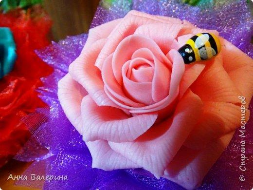 """Здравствуйте жители СМ! В преддверии нового года я думала что же подарить такого не стандартного своим коллегам по работе на новый год. И как то в СМ наткнулась на такие """"сладкие туфельки"""", украшались они розами из гофро-бумаги, я решила украсить чуть по-другому. На туфельки приклеила """"фунтики"""" из сатина, а в серединку добавила розы слепленные из самоварного ХФ. Конечно, я понимаю, что такие подарки уместнее были бы к 8 марта, но я загорелась и работа закипела. Мой хоровод туфель, предлагаю дальше посмотреть просто фото в разных вариациях цвета. фото 16"""