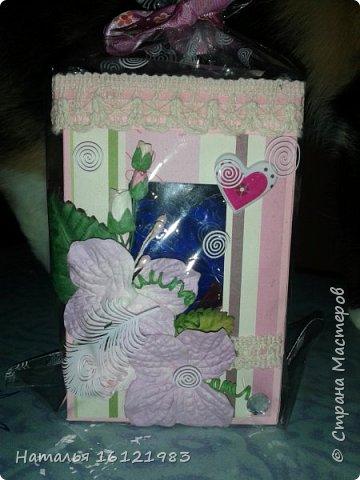 Решила сделать коробочку для конфет. Раньше ничего подобного не делала. Помог мне МК http://magicaldecor.ru/krasivaya-korobochka-dlya-podarka/  Единственно заменила овальное окно на прямоугольное. фото 1