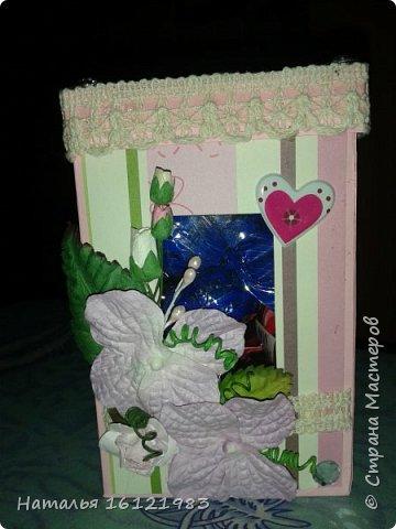 Решила сделать коробочку для конфет. Раньше ничего подобного не делала. Помог мне МК http://magicaldecor.ru/krasivaya-korobochka-dlya-podarka/  Единственно заменила овальное окно на прямоугольное. фото 2