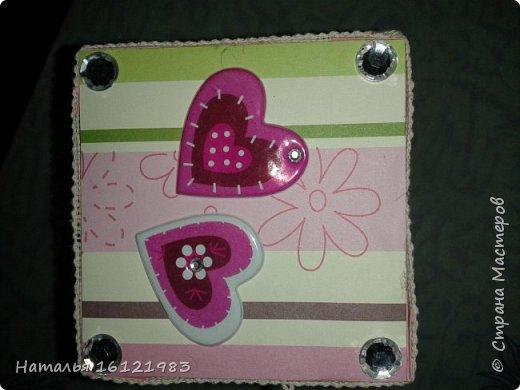 Решила сделать коробочку для конфет. Раньше ничего подобного не делала. Помог мне МК http://magicaldecor.ru/krasivaya-korobochka-dlya-podarka/  Единственно заменила овальное окно на прямоугольное. фото 4