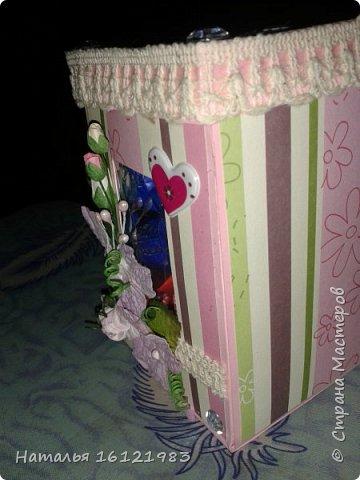 Решила сделать коробочку для конфет. Раньше ничего подобного не делала. Помог мне МК http://magicaldecor.ru/krasivaya-korobochka-dlya-podarka/  Единственно заменила овальное окно на прямоугольное. фото 5