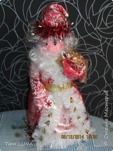 Дед Мороз и снегурочка. Поделка из стеклянной бутылки, ткани, ниток и всяких мелочей. фото 2