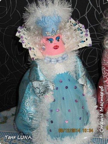 Дед Мороз и снегурочка. Поделка из стеклянной бутылки, ткани, ниток и всяких мелочей. фото 3