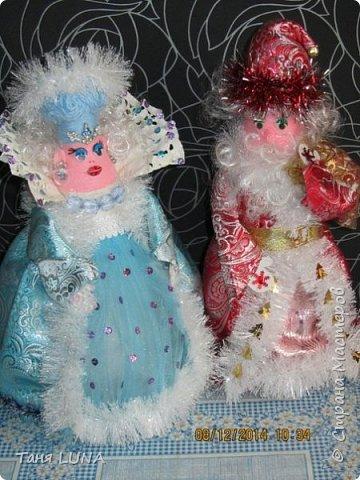 Дед Мороз и снегурочка. Поделка из стеклянной бутылки, ткани, ниток и всяких мелочей. фото 1