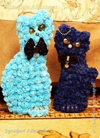 Вот таких милых котиков я предлагаю вам смастерить из цветных салфеток. Прекрасно вписываются в практически любой интерьер как парочкой так и по одному!  фото 11