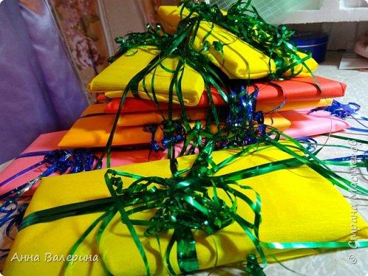 """Здравствуйте жители СМ! В преддверии нового года я думала что же подарить такого не стандартного своим коллегам по работе на новый год. И как то в СМ наткнулась на такие """"сладкие туфельки"""", украшались они розами из гофро-бумаги, я решила украсить чуть по-другому. На туфельки приклеила """"фунтики"""" из сатина, а в серединку добавила розы слепленные из самоварного ХФ. Конечно, я понимаю, что такие подарки уместнее были бы к 8 марта, но я загорелась и работа закипела. Мой хоровод туфель, предлагаю дальше посмотреть просто фото в разных вариациях цвета. фото 18"""