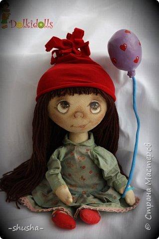 Весёлая, жизнерадостная и немного чумачечая Куклафаня - первая из планируемой мини серии куклафань. Выполнена из тонированного вручную льна, шапочка и платьице снимаются, волосы можно собрать в два хвостика или косички. Сама сидит, но неуверенно фото 1