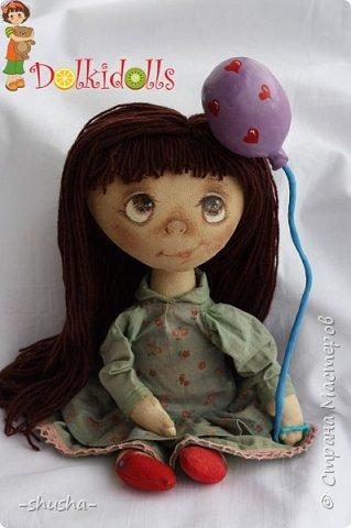 Весёлая, жизнерадостная и немного чумачечая Куклафаня - первая из планируемой мини серии куклафань. Выполнена из тонированного вручную льна, шапочка и платьице снимаются, волосы можно собрать в два хвостика или косички. Сама сидит, но неуверенно фото 2