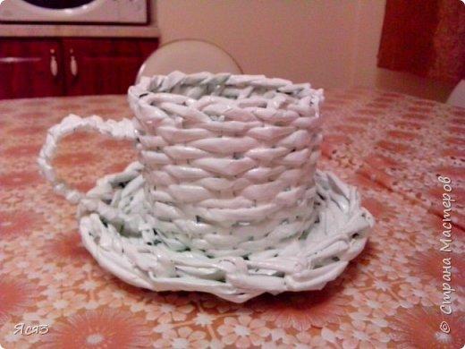Решила попробовать свои силы в плетении из газет. Получилась вот такая чашка. Хотела в нее сделать букетик роз из гофробумаги с конфетками. Думала родственнице передать символический подарок. А домашние раскритиковали(( Теперь думаю, может и не стоит? Может переделать? фото 1