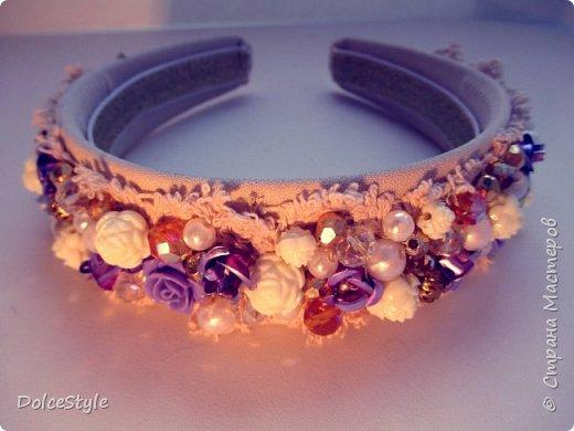 Здравствуйте, дорогие девушки!В последнее время я увлеклась ободками в стиле Dolce&Gabbana, и пытаюсь изобразить что-то наподобие)Вышиваю на бархате искусственным жемчугом, стразами, бусинами и золотистой фурнитурой: фото 9