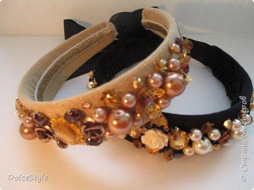 Здравствуйте, дорогие девушки!В последнее время я увлеклась ободками в стиле Dolce&Gabbana, и пытаюсь изобразить что-то наподобие)Вышиваю на бархате искусственным жемчугом, стразами, бусинами и золотистой фурнитурой: фото 2