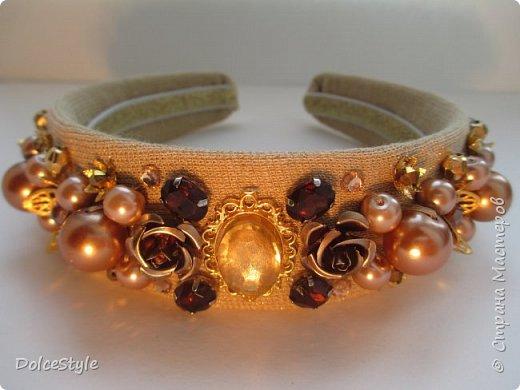 Здравствуйте, дорогие девушки!В последнее время я увлеклась ободками в стиле Dolce&Gabbana, и пытаюсь изобразить что-то наподобие)Вышиваю на бархате искусственным жемчугом, стразами, бусинами и золотистой фурнитурой: фото 3