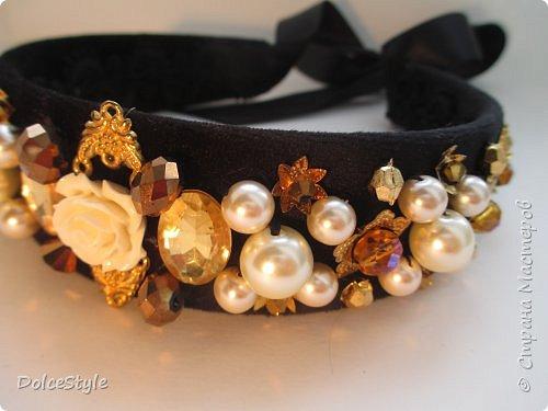 Здравствуйте, дорогие девушки!В последнее время я увлеклась ободками в стиле Dolce&Gabbana, и пытаюсь изобразить что-то наподобие)Вышиваю на бархате искусственным жемчугом, стразами, бусинами и золотистой фурнитурой: фото 4