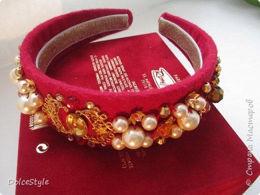 Здравствуйте, дорогие девушки!В последнее время я увлеклась ободками в стиле Dolce&Gabbana, и пытаюсь изобразить что-то наподобие)Вышиваю на бархате искусственным жемчугом, стразами, бусинами и золотистой фурнитурой: фото 5
