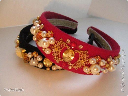 Здравствуйте, дорогие девушки!В последнее время я увлеклась ободками в стиле Dolce&Gabbana, и пытаюсь изобразить что-то наподобие)Вышиваю на бархате искусственным жемчугом, стразами, бусинами и золотистой фурнитурой: фото 6