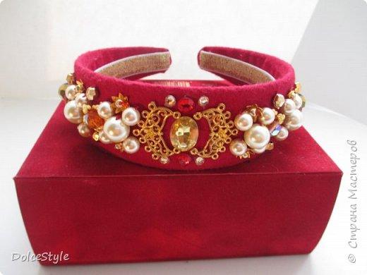 Здравствуйте, дорогие девушки!В последнее время я увлеклась ободками в стиле Dolce&Gabbana, и пытаюсь изобразить что-то наподобие)Вышиваю на бархате искусственным жемчугом, стразами, бусинами и золотистой фурнитурой: фото 7