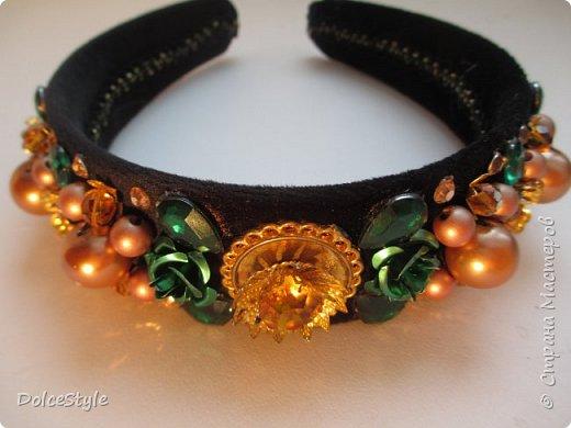 Здравствуйте, дорогие девушки!В последнее время я увлеклась ободками в стиле Dolce&Gabbana, и пытаюсь изобразить что-то наподобие)Вышиваю на бархате искусственным жемчугом, стразами, бусинами и золотистой фурнитурой: фото 8