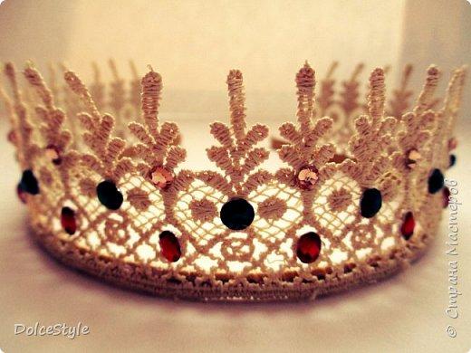Здравствуйте, дорогие девушки!В последнее время я увлеклась ободками в стиле Dolce&Gabbana, и пытаюсь изобразить что-то наподобие)Вышиваю на бархате искусственным жемчугом, стразами, бусинами и золотистой фурнитурой: фото 14