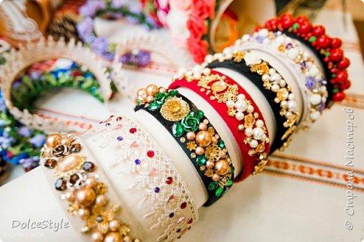 Здравствуйте, дорогие девушки!В последнее время я увлеклась ободками в стиле Dolce&Gabbana, и пытаюсь изобразить что-то наподобие)Вышиваю на бархате искусственным жемчугом, стразами, бусинами и золотистой фурнитурой: фото 17