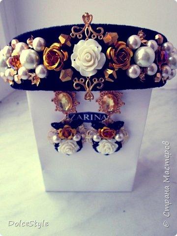 Здравствуйте, дорогие девушки!В последнее время я увлеклась ободками в стиле Dolce&Gabbana, и пытаюсь изобразить что-то наподобие)Вышиваю на бархате искусственным жемчугом, стразами, бусинами и золотистой фурнитурой: фото 1