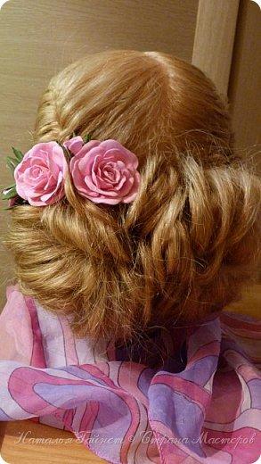 Милая прическа, как вариант праздничной укладки. С использованием самодельных роз, которые я сделала из фома.    фото 1