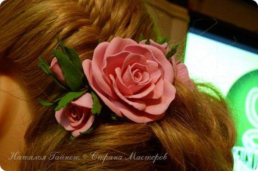 Милая прическа, как вариант праздничной укладки. С использованием самодельных роз, которые я сделала из фома.    фото 4