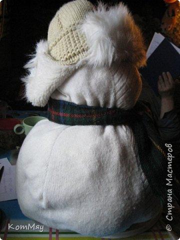 Этот снеговичок вполне может зваться Снеговиком с большой буквы, т.к. ростом он немаленький - чуть больше полуметра, около 60 см. Именно такого большого снеговика мне жуть как захотелось сшить на этот Новый год и посадить его под ёлочку. И так захотел этот Снеговик родиться, что на всё-про-всё ушло не более двух часов работы... Итак, предлагаю вам вместе со мной создать такого Снеговичка, пусть сидит под ёлочкой и исполняет ваши желания. фото 7