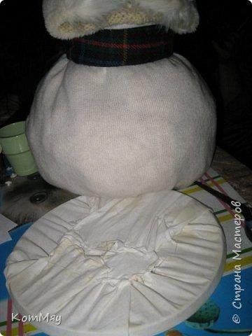 Этот снеговичок вполне может зваться Снеговиком с большой буквы, т.к. ростом он немаленький - чуть больше полуметра, около 60 см. Именно такого большого снеговика мне жуть как захотелось сшить на этот Новый год и посадить его под ёлочку. И так захотел этот Снеговик родиться, что на всё-про-всё ушло не более двух часов работы... Итак, предлагаю вам вместе со мной создать такого Снеговичка, пусть сидит под ёлочкой и исполняет ваши желания. фото 9
