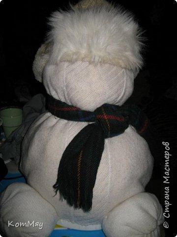 Этот снеговичок вполне может зваться Снеговиком с большой буквы, т.к. ростом он немаленький - чуть больше полуметра, около 60 см. Именно такого большого снеговика мне жуть как захотелось сшить на этот Новый год и посадить его под ёлочку. И так захотел этот Снеговик родиться, что на всё-про-всё ушло не более двух часов работы... Итак, предлагаю вам вместе со мной создать такого Снеговичка, пусть сидит под ёлочкой и исполняет ваши желания. фото 19