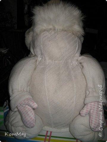 Этот снеговичок вполне может зваться Снеговиком с большой буквы, т.к. ростом он немаленький - чуть больше полуметра, около 60 см. Именно такого большого снеговика мне жуть как захотелось сшить на этот Новый год и посадить его под ёлочку. И так захотел этот Снеговик родиться, что на всё-про-всё ушло не более двух часов работы... Итак, предлагаю вам вместе со мной создать такого Снеговичка, пусть сидит под ёлочкой и исполняет ваши желания. фото 22
